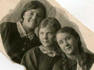 Катя Бородина, Тоня Егорова, Надя Костерина, 1942 год