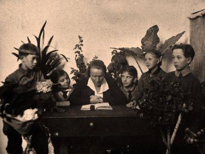 Занятие литературного кружка Руководитель Кошкарова Г.П. 1936–1937 уч.год