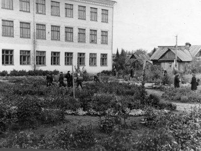 На пришкольном участке нового здания школы (ул. С.Ремезова, 36)
